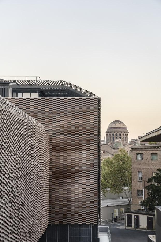 cubierta de cerámica mimetizada con el entorno Hospital de Sant Pau