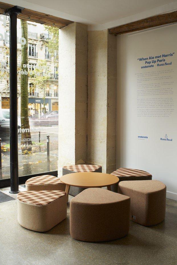 presentación de aia tapizado con harris tweed en París