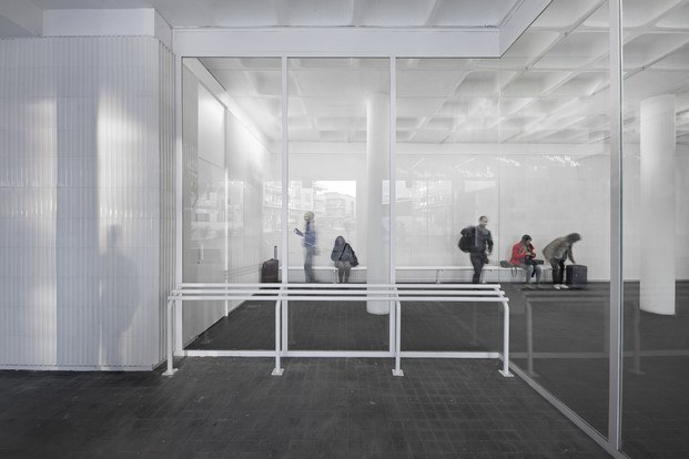 premio cerámica interiorismo sala de espera estación de autobuses