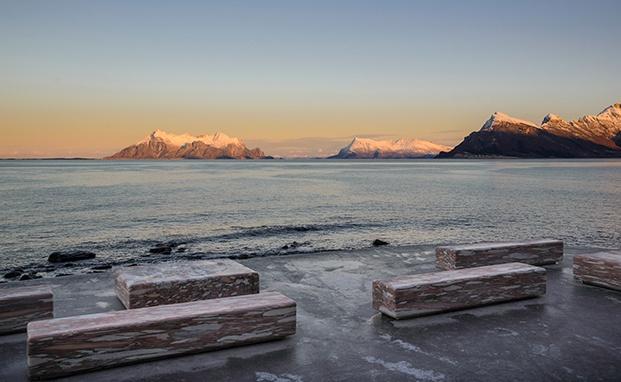 bancos de mármol con vistas al mar