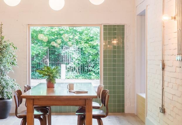 cerámica verde alrededor de las ventanas hogar social en londres