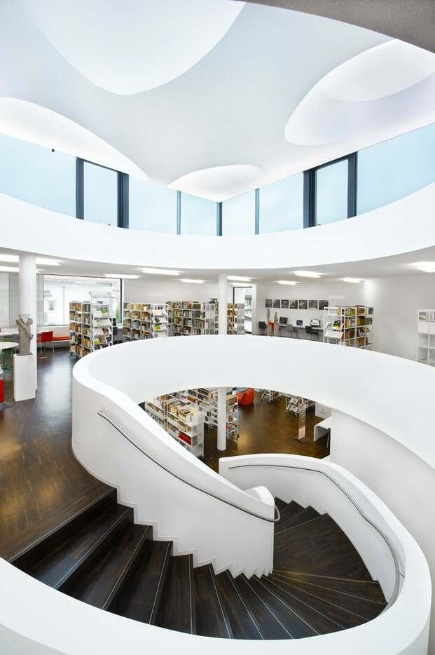 escalera orgánica biblioteca Oberkich en Suiza