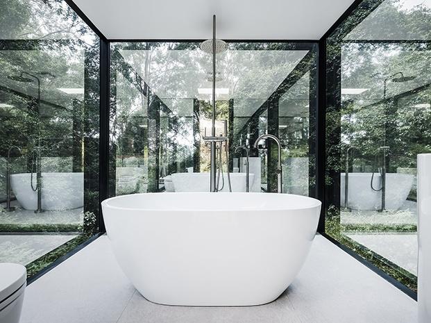 bañera de color blanco puro