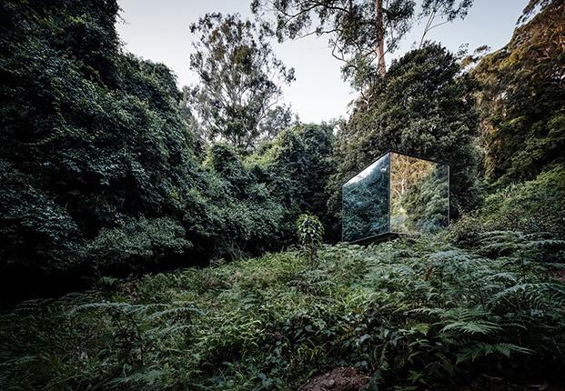 Madeleine Blanchfield Architects diseña Kangaroo Valley Outhouse, un baño exterior recubierto de espejo que se integra en el entorno natural.