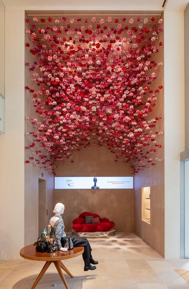 flores en la tienda Vuitton de Seúl