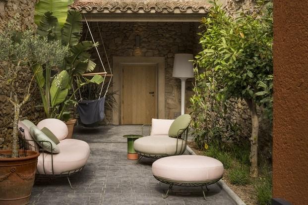 jardín con muebles calma de exterior