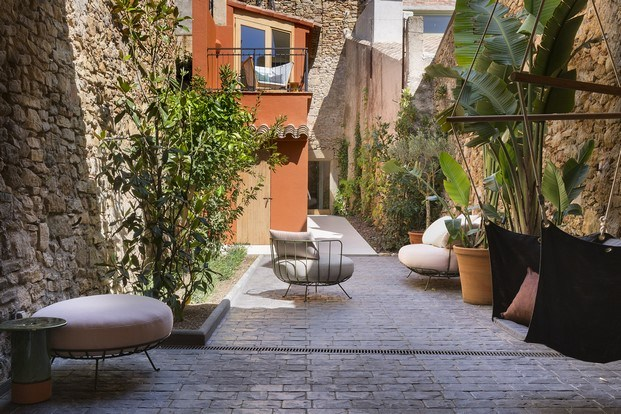 jardín con muebles de exterior calma