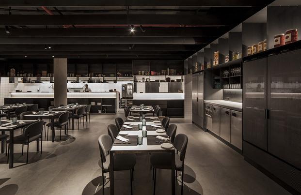 restaurante Habitual Valencia. Proyecto de Made Studio. Minimalismo negro