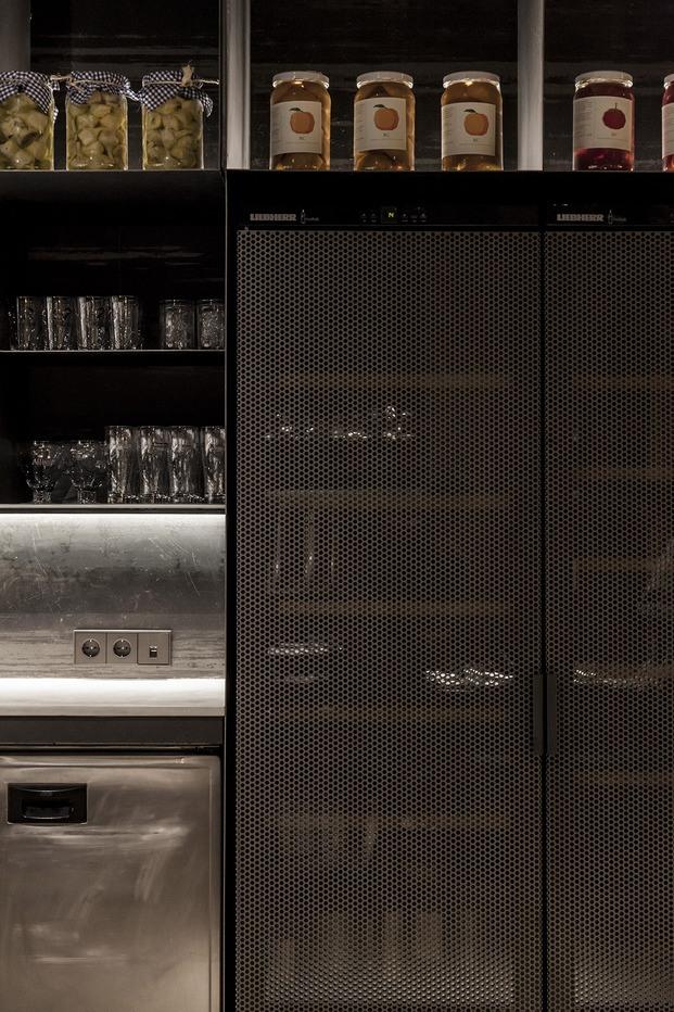 restaurante Habitual Valencia. Proyecto de Made Studio. Armarios negro