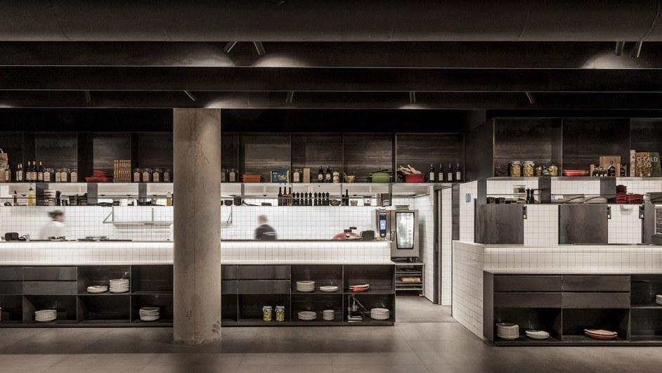 restaurante cocina abierta interiorismo negro