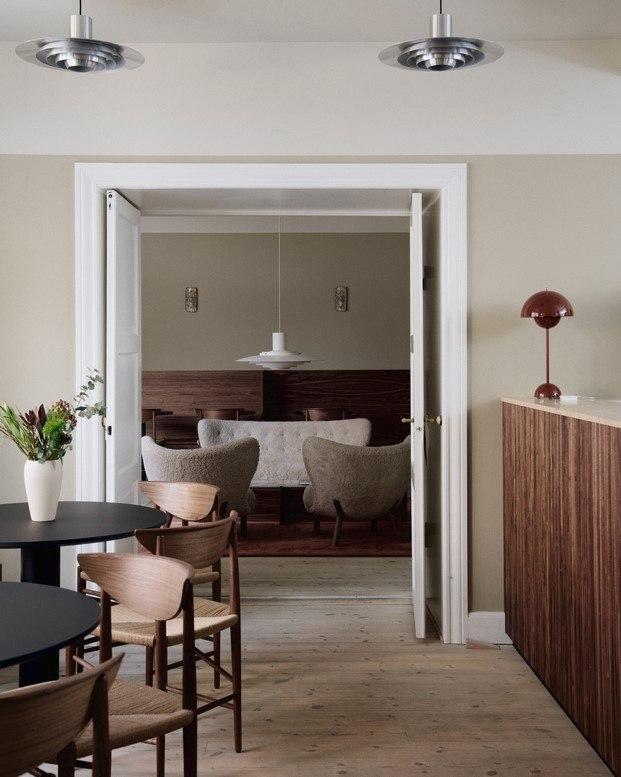entrada café lille petra con muebles de &tradition