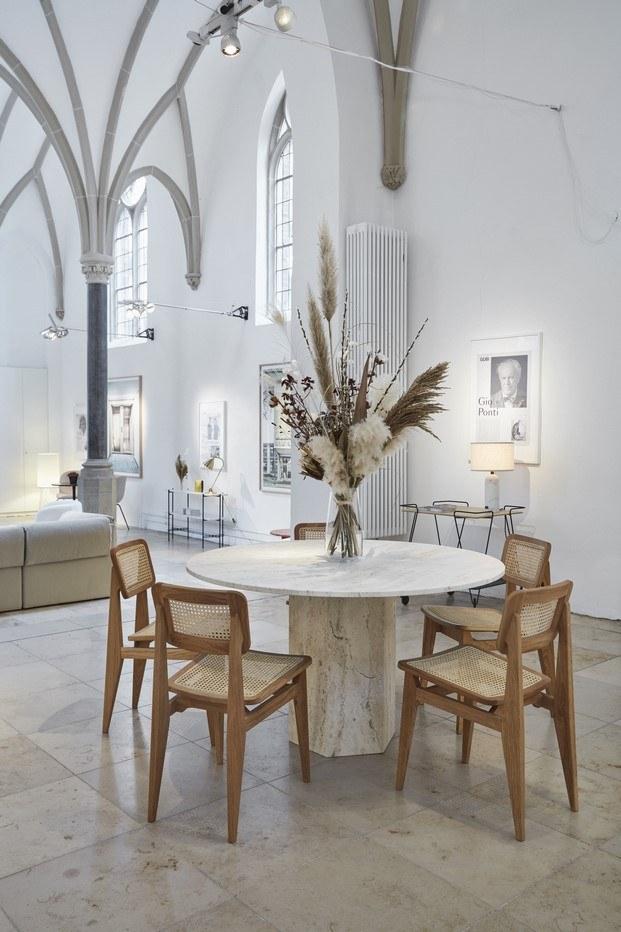 ambiente de comedor diseñado por gubi con mesa epic de gamfratesi y sillas C de Marcel Gascoin