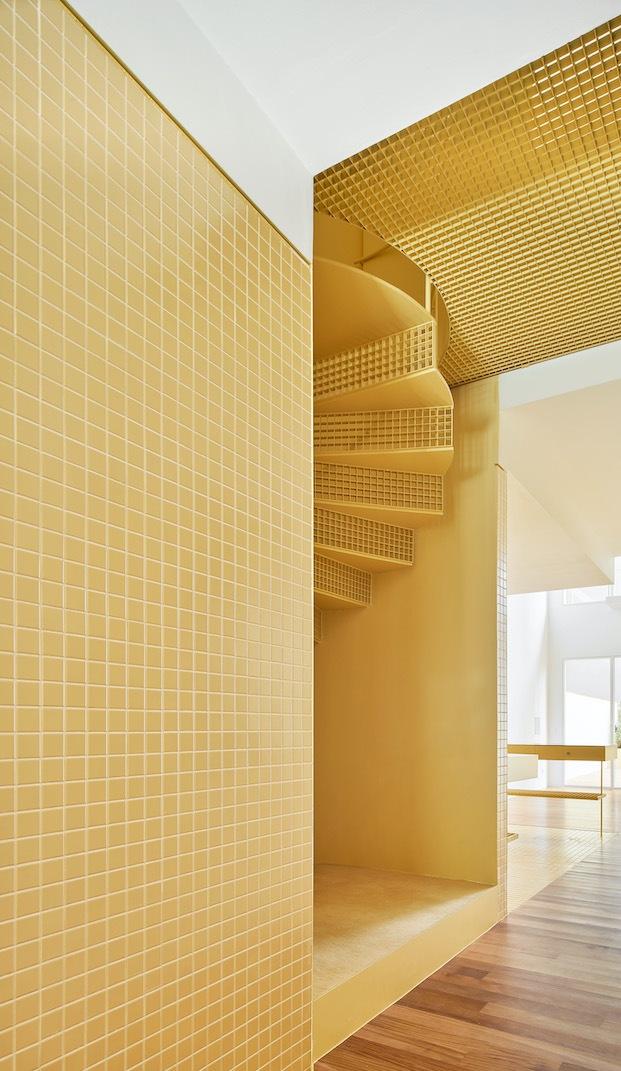 baldosas cuadradas de color amarillo para dar color en apartamento diseñado por arquitectura G
