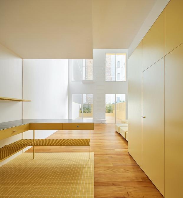 planta baja piso amarillo con dormitorio y zona de día