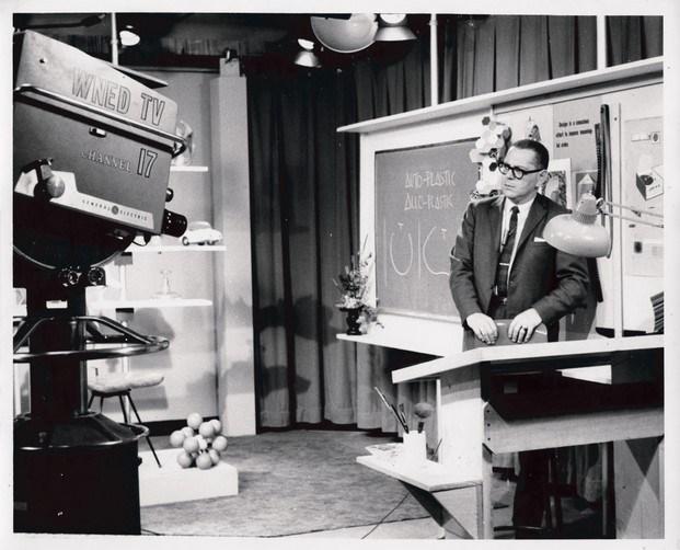 victor papanek filmando el programa WNED-TV Channel 17 Design Dimensions en Buffalo, NY (1961 - 1963). © Universidad de Artes Aplicadas de Viena, Fundación Victor J. Papanek