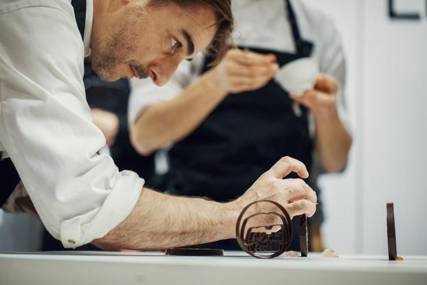 Chef Jordi Roca en la presentación de unseen chocolate by Mona Lisa
