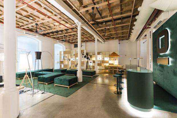 Showroom Faro Barcelona en El Born. Moqueta verde