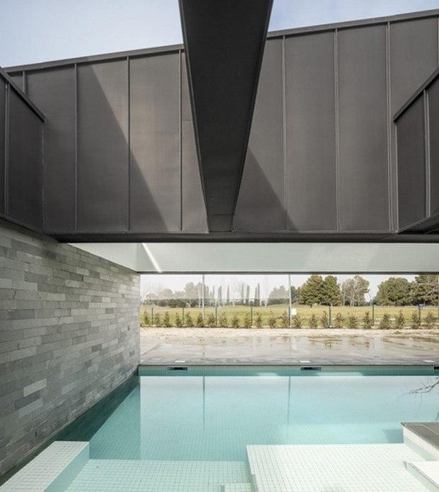 piscina y ala color pizarra casa en lleida