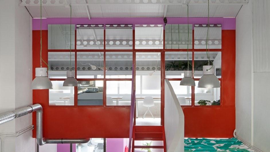 oficinas agencia Amor de Mdre en Madrid. Rojo, rosa, verde. Interiorismo