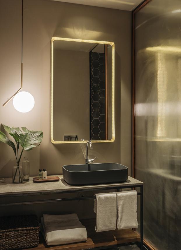 Hotel H10 Palacio Colomera de Córdoba. Baño con lámpara de Flos