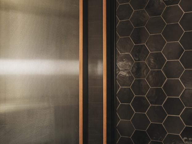Hotel H10 Palacio Colomera de Córdoba. Baldosas hexagonales de cerámica brillante
