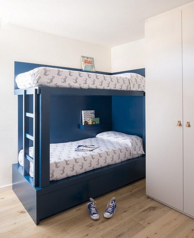 habitación color azul para niños piso en barcelona bárbara aurell