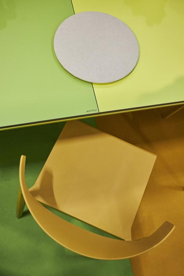 mesa y silla actiu sala vip de arcomadrid 2020