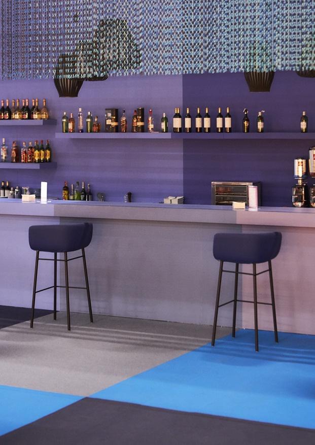 barra de bar efímero con cortinas de kriskadecor color morado