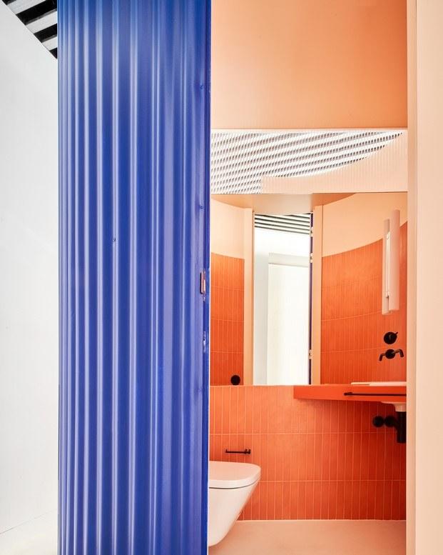 baño color salmón interior escalera azul vivienda en Madrid Lucas y Hernández Gil