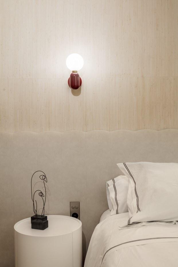 cabecero de la cama lámpara parachilna piso en barcelona abag arquitectura