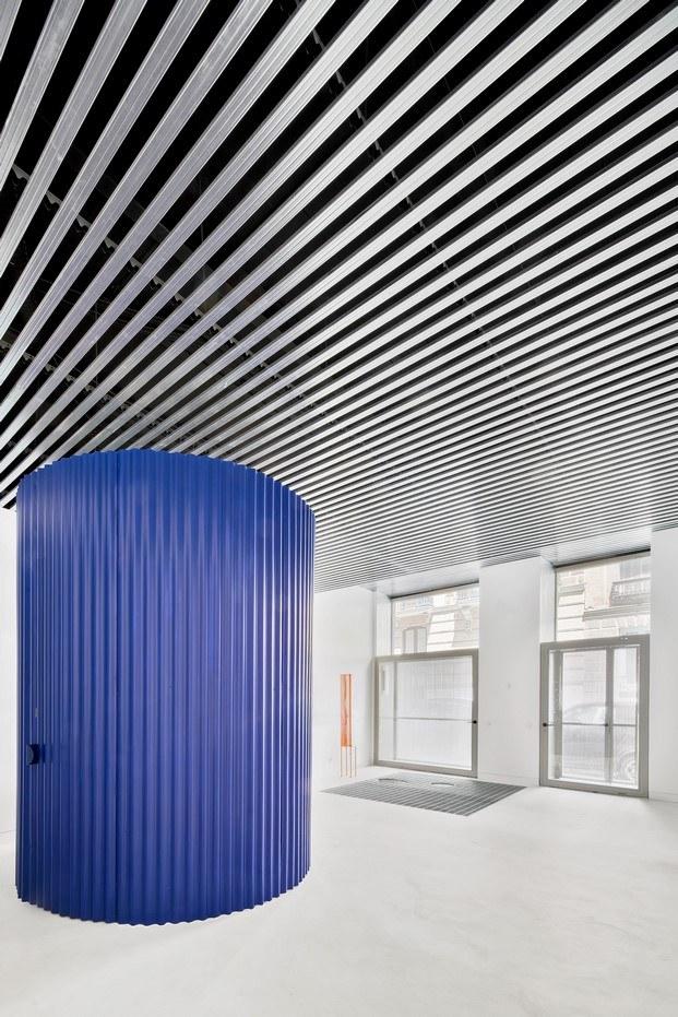 escalera de color azul klein vivienda en Madrid