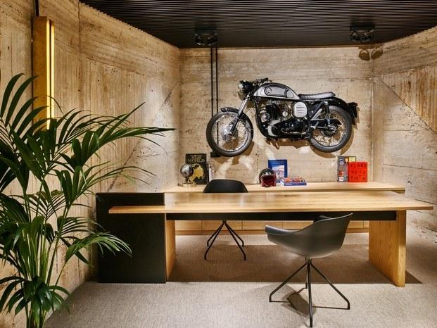despacho del director moto en la pared oficinas en madrid workout