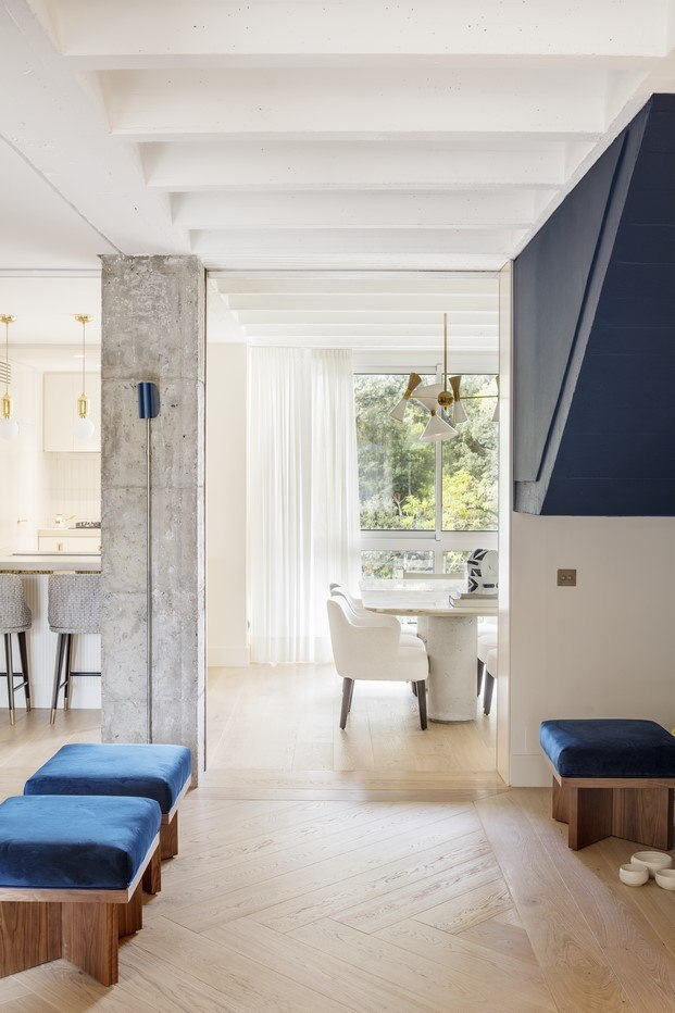 escalera azul piso en barcelona reforma abag arquitectura