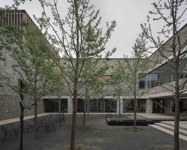 escultura giacometti en el jardín centro cultural junshan china