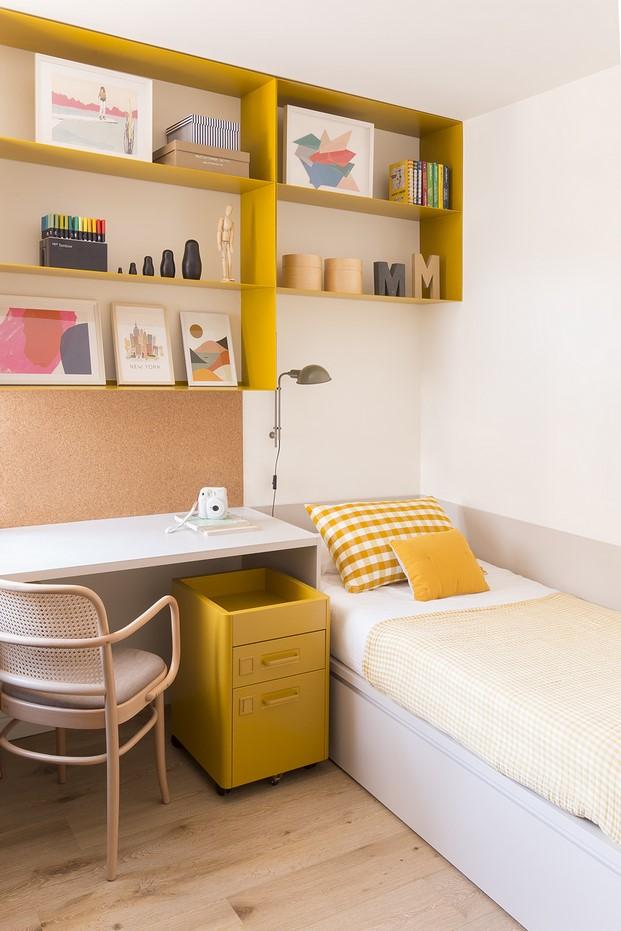 habitación en color amarillo piso en barcelona