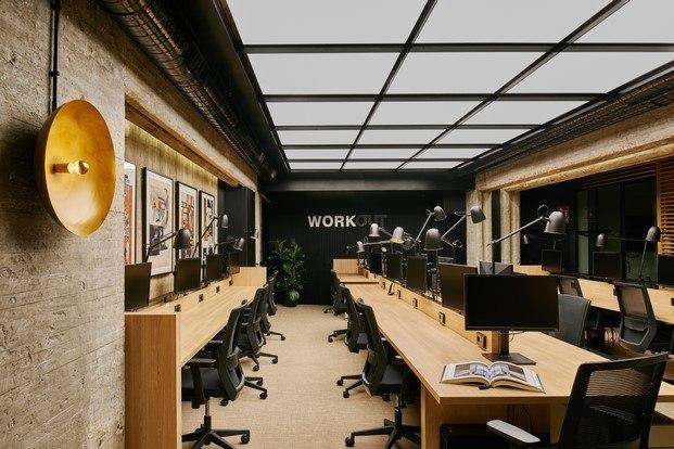mesas largas de madera con flexos móviles oficinas en madrid workout