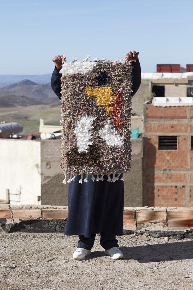 mujer de marruecos con alfombra american vintage
