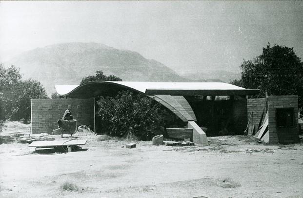 techo de montaña rusa casa de arquitectura moderna en el desierto de coachella