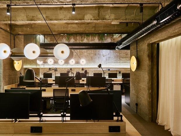 espacio de trabajo en hormigón madera y toques en negro