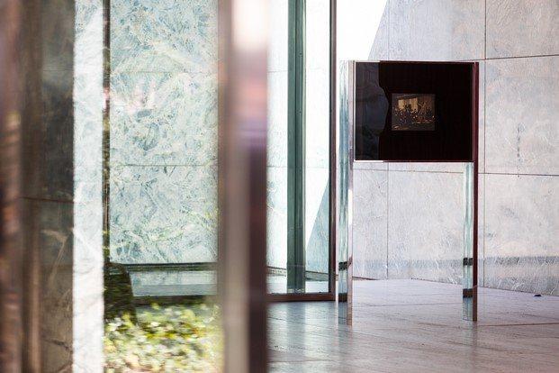 vitrina vertical en el pabellón de alemania barcelona mies van der rohe lilly reich