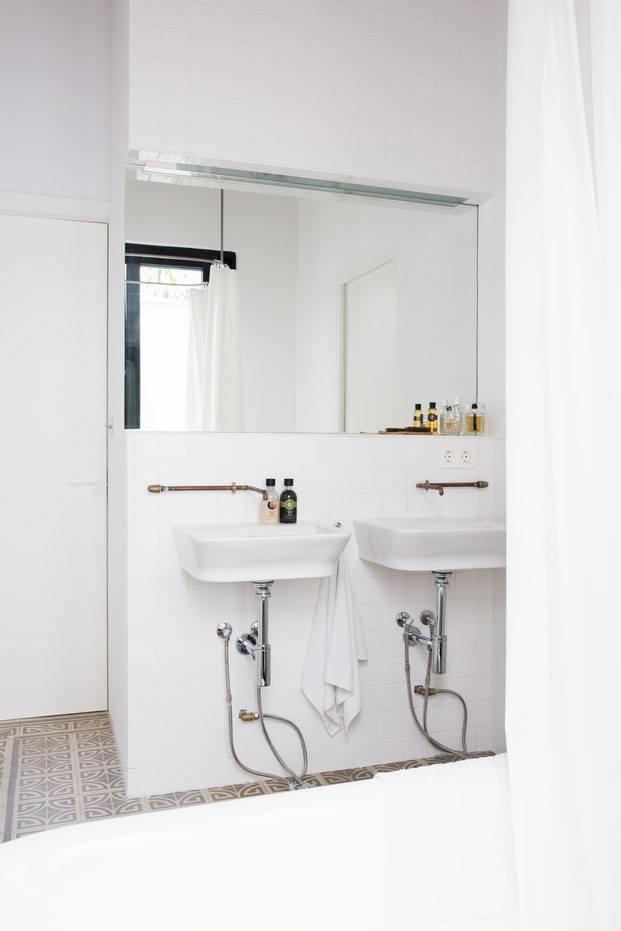 baño con grifería de cobre vivienda estudio la finca roja valencia