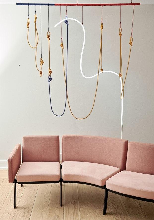 escultura de luz en el showroom erik jorgensen