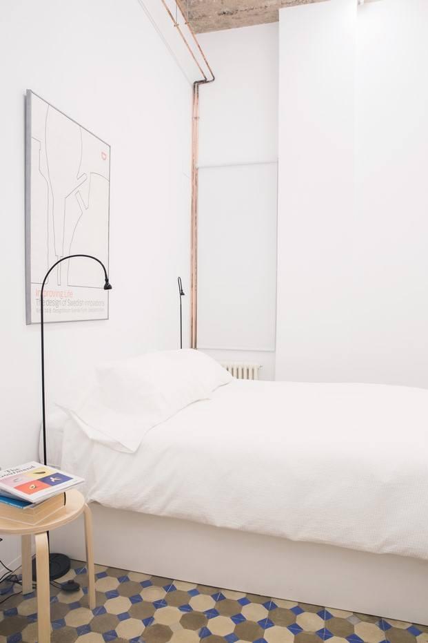 instalación de cobre vista en dormitorio blanco