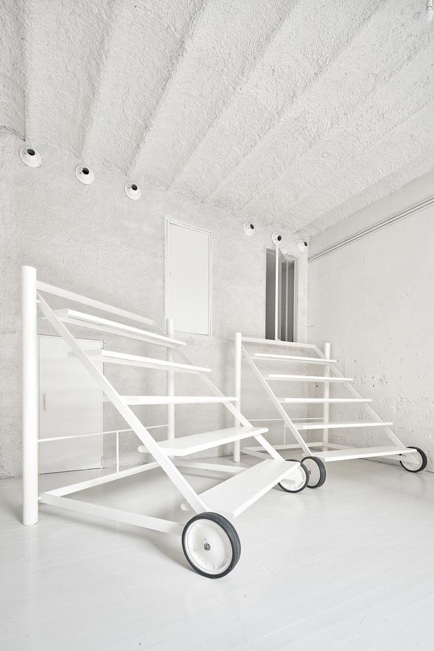 Estas gradas con ruedas aumentan la funcionalidad del espacio