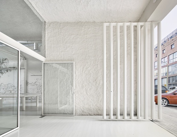 Entrada a Acid House una antigua fábrica reconvertida por Arquitectura-G., situada en el  corazón del distrito 22@ de Poblenou