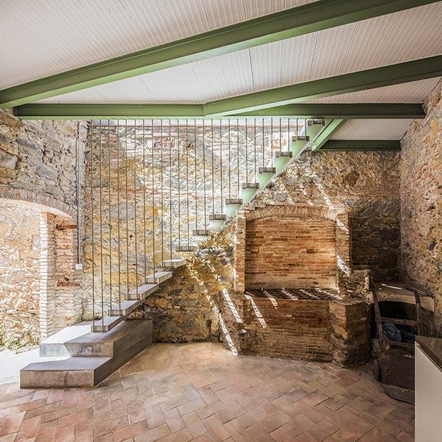 Ladrillo y piedra con viguería metálica, el pasado y el presente confluyen en cada uno de los interiores de la antigua fábrica rehabilitada