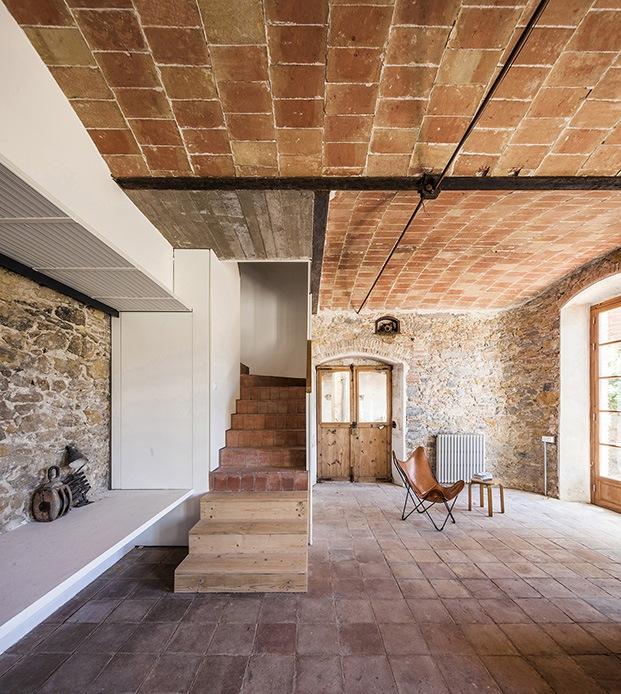 En la planta baja de la antigua fácbica de chocolate el techo es de bóveda catalana y viguería metálica