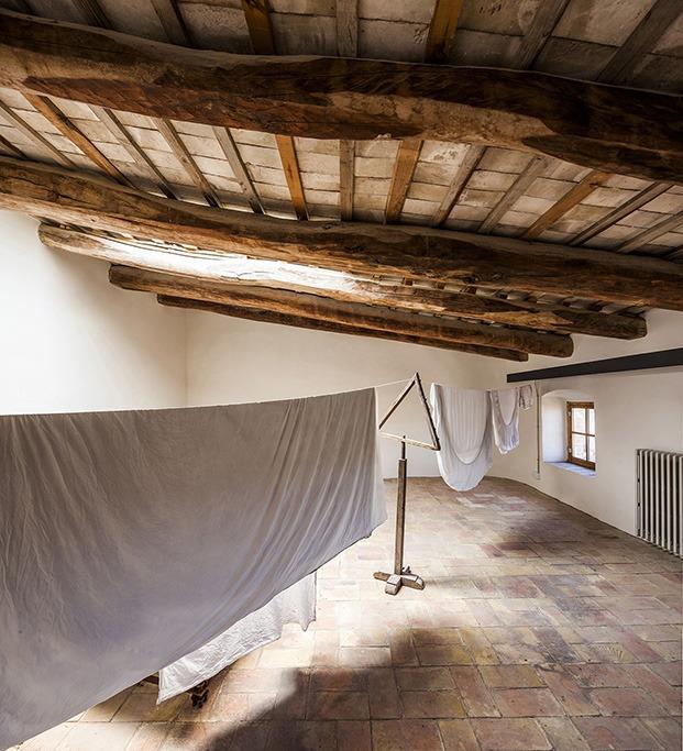 Vigas de madera y rasilla en el bajocubierta que se utiliza como tendedero