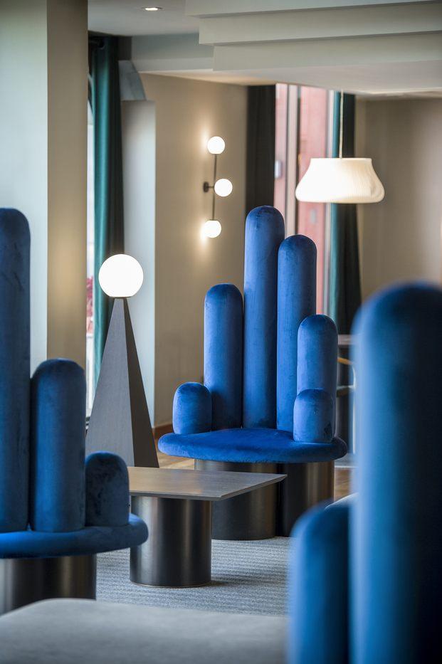 Alfaro-Manrique Atelier. Double Tree by Hilton Barcelona Golf. Butaca tapizada de azul