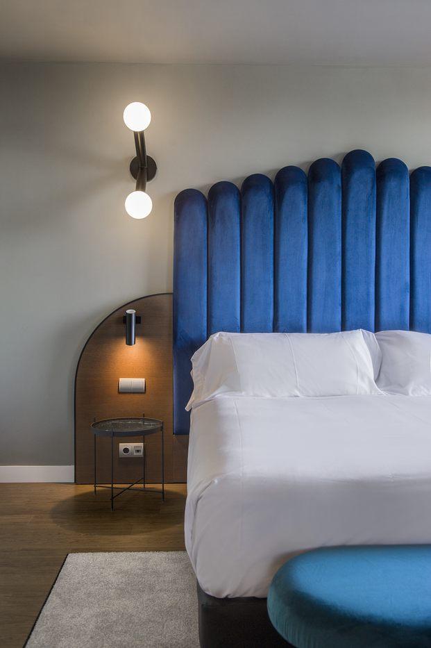 Alfaro-Manrique Atelier. Double Tree by Hilton Barcelona Golf. Suite. Cabecero de cama azul